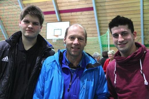 Jan Häsler, Torhüter bei der HG Bödeli (links), mit Feldspieler Dimas  Guerra (rechts), und Markus Graf vom HGB-Hauptsponsor Eiger Sport. Foto: Jungfrau Zeitung