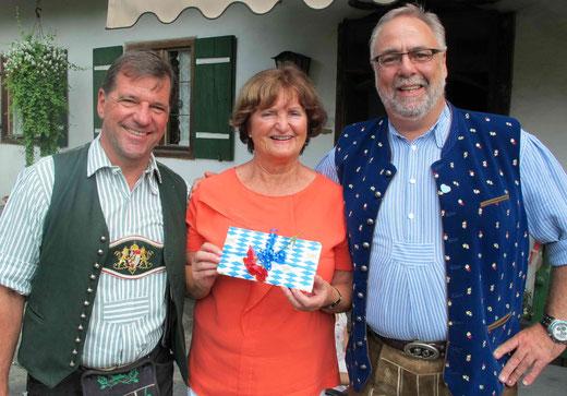 Die Jubilarin mit Bürgermeister Franz Schnitzenbaumer und Ortsvorsitzenden Sepp Ottys