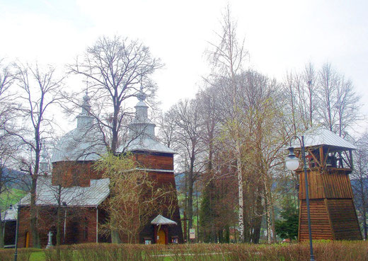Drewniana cerkiew św. Dymitra z 2. poł. XIX w. w Złockiem, z widoczną osobno stojącą dzwonnicą (fot. Anna Bożek)