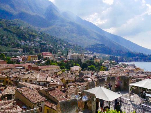 Blick von der Scaliger Burg über die Altstadt von Malcesine und die Barockkirche Santa Stefano und das Monte Baldo Gebirge
