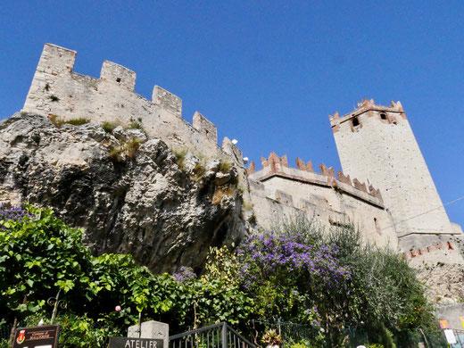 Das Castello Scaligero auf dem Felsvorsprung gebaut