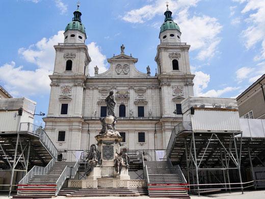 Die Tribünen für die Salzburger Festspiele vor dem Dom