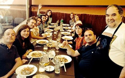 El cocinero Josep Lluís Polop junto a unos clientes agradecidos por su llandeta