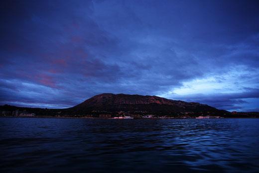 Crown sacó imágenes como esta de la majestuosidad del Montgó tras zarpar desde Dénia.