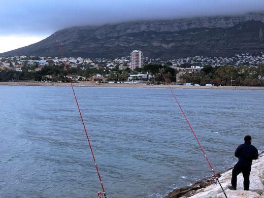 La pesca con caña depara asombrosas sorpresas. Pescador frente a la Marineta Cassiana