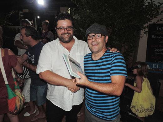 Bati Bordes felicita al autor del cuento ambientado en el Cap de Sant Antoni