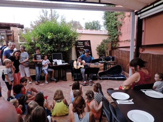 Los niños aplaudieron y cantaron las canciones del Pirata Pataxula