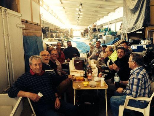 En el puerto compartimos un almuerzo con nuestros proveedores: Los amigos de la barca Punta Molins y el resto de marineros de las embarcaciones de palangre y «tresmall»