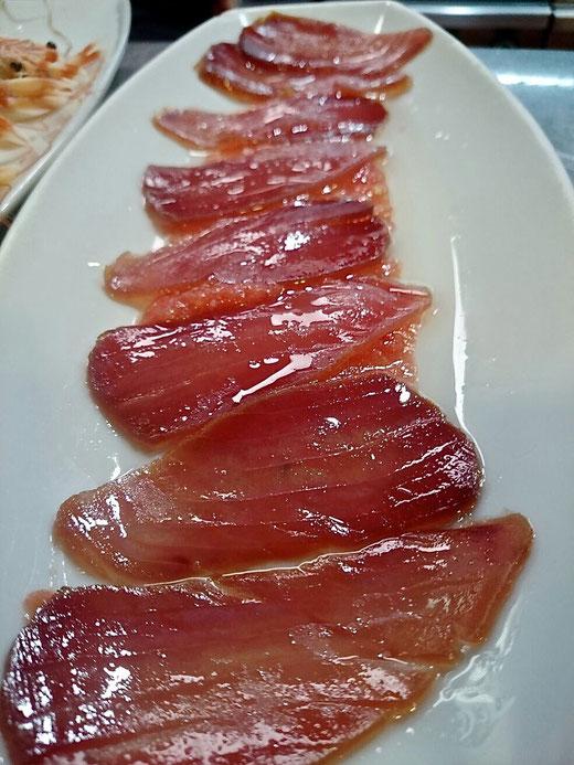 Saladuras. Plato de mojama bañado en aceite de oliva