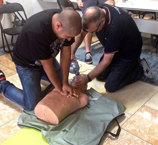 James Marmolejo y Manuel Gregorio (Marino Rotes y Marino Port) en clase de primeros auxilios