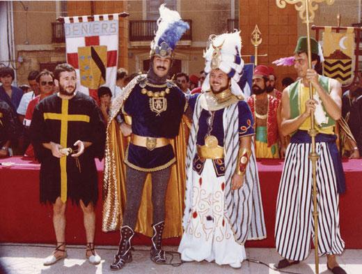 Los capitanes de las fiestas del año 1982 en la plaça del Consell de Dénia. Foto AMMICC