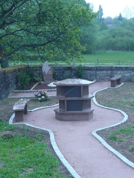 Le colombarium et, au fond, le jardin du souvenir
