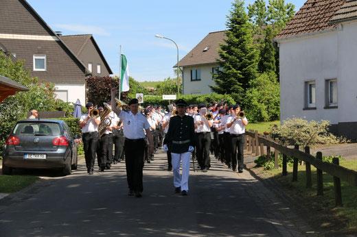 Marsch zum Festzelt mit Begleitung durch die Festmusik