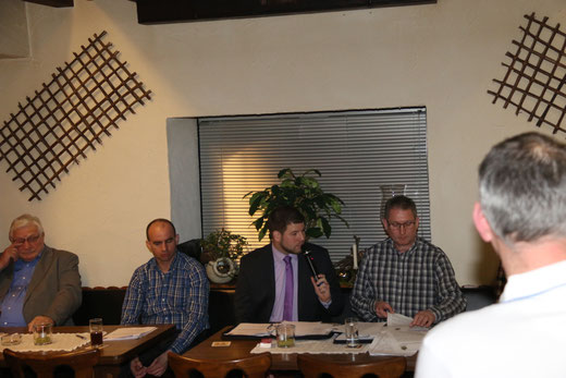 Der 1. Vorsitzende Benedikt Grebe führt durch die Tagesordnung