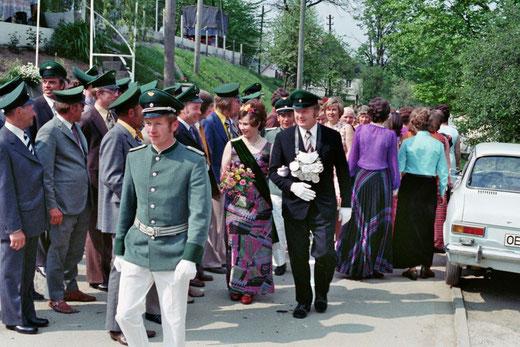 Walter & Hildegard Heller schreiten längs die Schützenfront im Jahr 1974