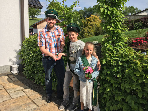 Major Benedikt Grebe übergibt den Orden an das Kinderkönigspaar Frederick Heuel & Nina Berge