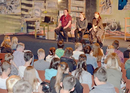 Nach dem Stück diskutieren die Schauspieler noch mit dem jugendlichen Publikum – Foto: JPH