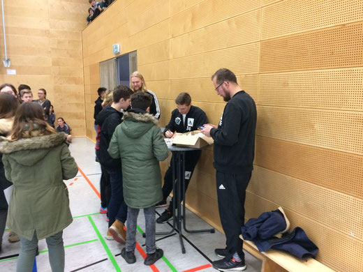 Jonas Wilde (Torwart) und Vincent Büchner (Linksaußen) schrieben am Spielfeldrand fleißig Autogramme und standen für Fotos zur Verfügung.