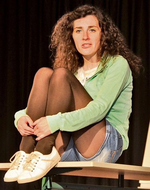 """Schauspielerin Laura Leske erzählt im Theaterstück als """"Mira"""" von ihrem Freund Felix, der sich auf einer Party ins Koma gesoffen hat. (Foto: HAZ)"""