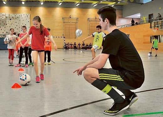 Mit dem Ball um die Hütchen herum: Die Trainingseinheit haben die angehenden Junior-Coaches eigenständig erarbeitet.