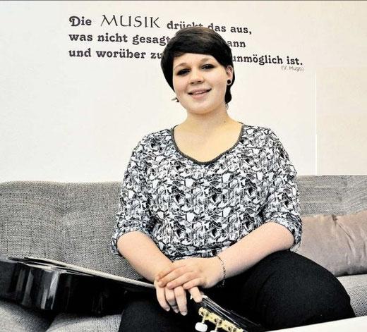 Vielseitig interessiert: Nina Graumüller (16) hat im Praktikum Einblicke in die Politik erhalten. In ihrer Freizeit singt sie, spielt Gitarre und Tuba.(Eggers)
