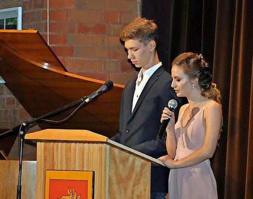 Marvin Kurzendörfer und Celina Müller (beide 10KE) halten die Rede für den Jahrgang. Foto: Eggers