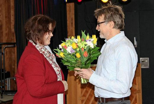 Nach 15 Jahren an der KGS: Die kommissarische Schulleiterin Sandra Heidrich verabschiedet ihren Kollegen mit einem Blumenstrauß. (Foto: Ebeling)