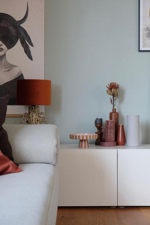 ieartige // Design Studio - BLOG - #Wohnzimmer, #sideboarddecor: Tray von OYOY, Vintagedeko + Vintage-Leuchte in Rost, Muskat, Paprika