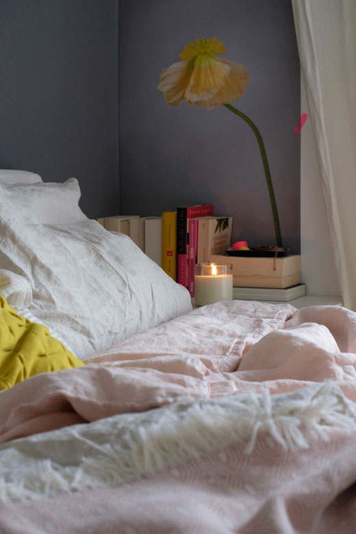 dieartigeBLOG - Schlafzimmer, Leinenbettwäsche in Rosé & Natur, Überdecke in Rosé von Urbanara, Poster von Arty Swede
