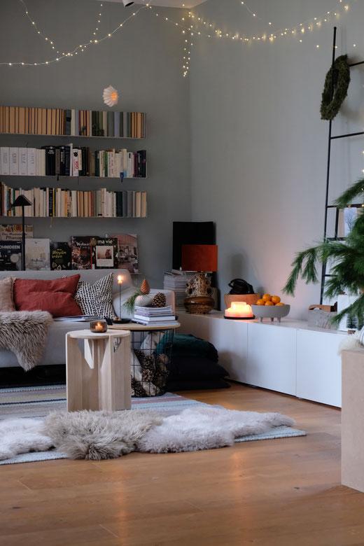 dieartigeBLOG // Wohnzimmer, Sofaecke im Winter / Januar - Sofa Freistil, Sideboard Ikea, Beistelltisch Kristina Dam Studio, Bücherregale Teebooks