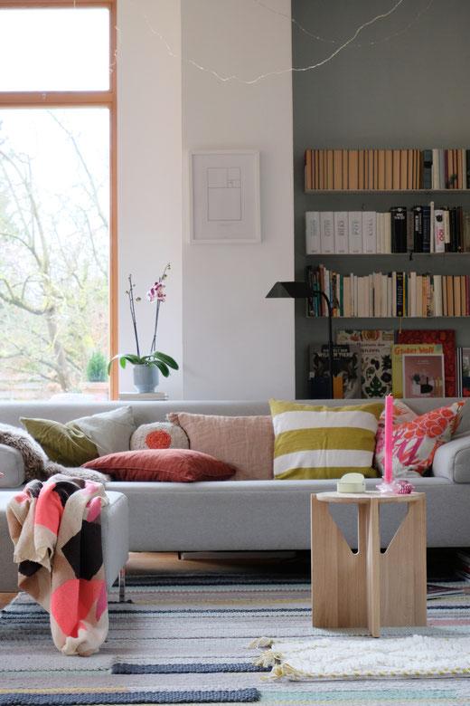 dieartigeBLOG // Wohnzimmer, Sofaecke in Neon & Bunt - Sofa Freistil, Teppich Ikea, Beistelltisch Kristina Dam Studio
