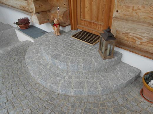 Eingangsbereich aus Naturstein / Granitpflaster