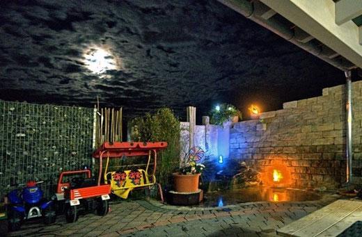 Terrasse mit beleuchtetem Brunnen und als romantisches Highlight Feuersteine, die sie bei uns erwerben können. .