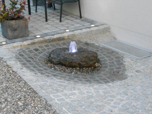 Brunnen mit Quellstein