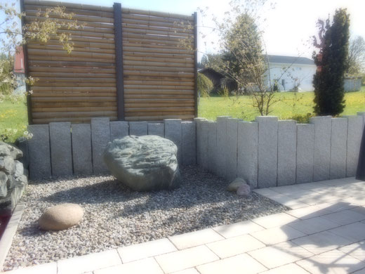 Sichtschutz aus Bambus mit Granit  und Brunnen