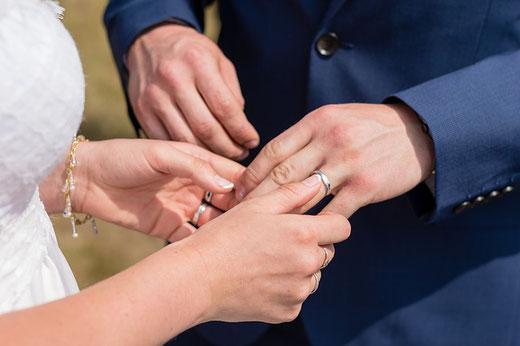 La fidélité est une qualité très importante aux yeux de Dieu et les relations sexuelles doivent être réservées au conjoint uniquement. Le mariage est une union sacrée. L'adultère est condamné par Dieu.