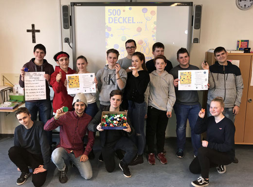 """Die Klasse 10Rc der Oberschule Pingel Anton informiert Mitschüler über das Projekt """"Deckel gegen Polio""""."""