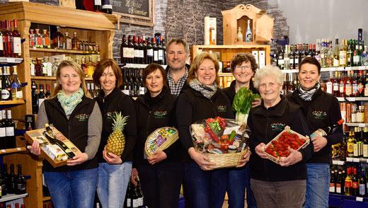 Unser sehr engagiertes Team freut sich auf Ihren Besuch. Lassen Sie sich beraten an der Feinkosttheke, erfahren Sie neue Rezepte am Gemüsestand oder kosten Sie verschiedene Weine an einem unserer Weinproben.