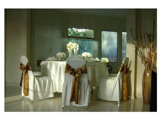 Sillas con Capelos blancos y bandas de color en Monterrey, Nuevo Leon, Mexico, Lylasrosas.