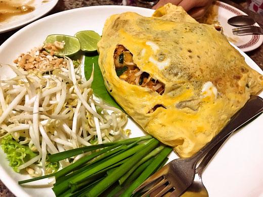 卵で巻かれたパッタイ タイ料理