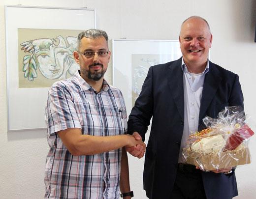 Rainer Kick heißt Selim Yazici (GE, SW) an der Realschule Hüsten willkommen.