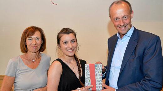 Anairda Mata aus Albanien ist stolz über die Auszeichnung und das Geschenk von Charlotte und Friedrich Merz. Foto: Frank Albrecht