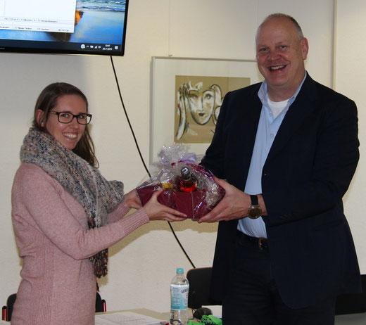 Rainer Kick begrüßt Katharina Bertram (D, M) an der Realschule Hüsten.