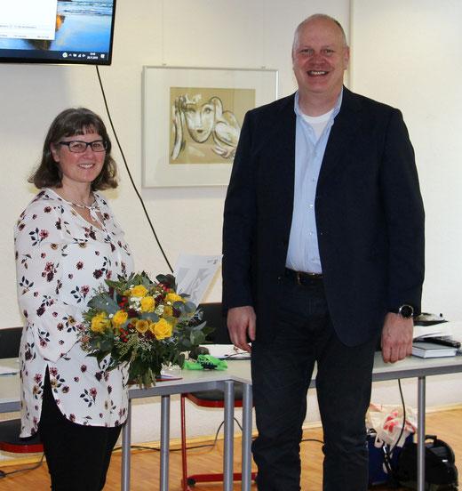 Blumen zum Dienstjubiläum aus der Hand von Rainer Kick