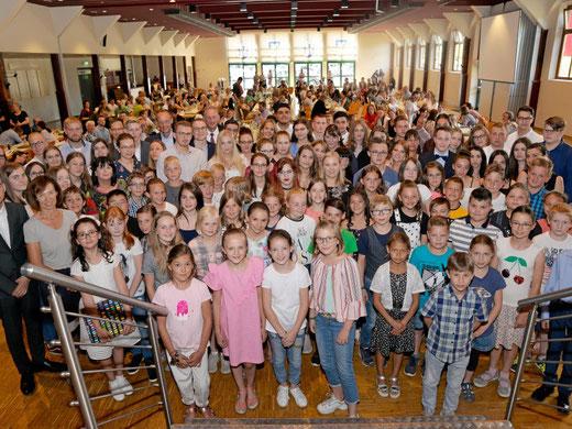 Mehr als 100 Schüler von 26 Schulen aus Arnsberg freuen sich über eine Ehrung für ihre Leistungen durch die Merz-Stiftung für Bildung und Ausbildung.      Foto: Frank Albrecht
