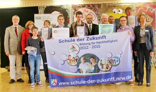 Die Hüstener Delegation mit allen Honoratioren, in der Mitte Konrektor Rogér Kummer als Initiator des Projekts an der RSH, rechts daneben Schulleiter Dr. Kleine mit dem neuen Hausschild