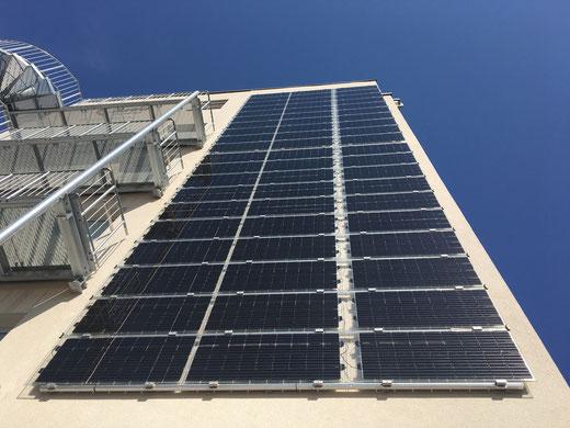 Solarmodule an der Fassade eine Gebäudes in Fürth (© iKratos)