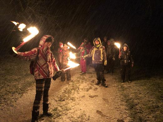 Die Outdoor-Kids mit Fackeln im Schneegestöber