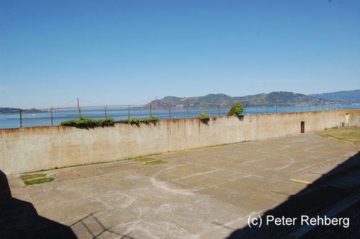 Alcatraz: Welch ein Ausblick, vorne der Sportplatz