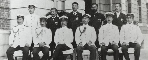 呉鎮庁舎前にて前列左から3人目が友三郎